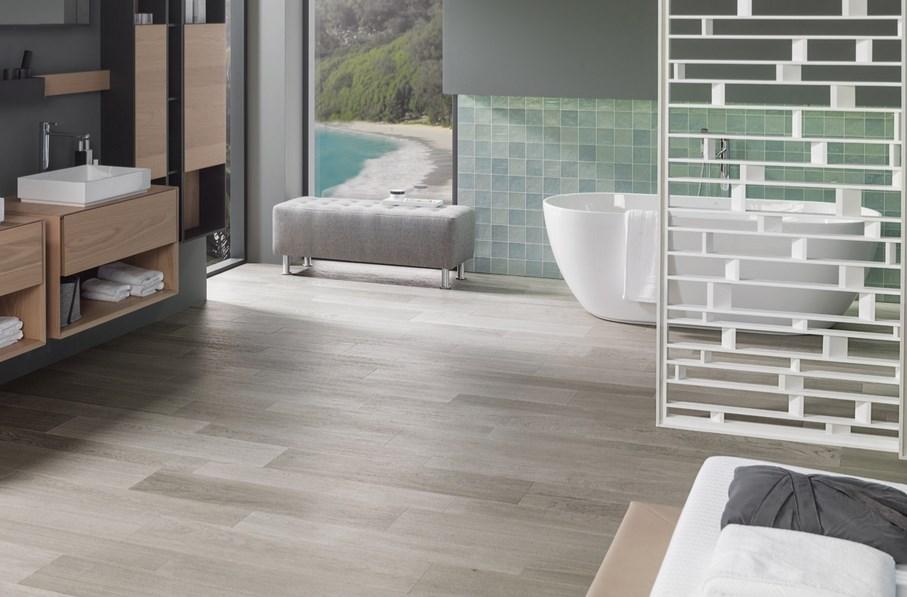 PAR-KER: ванные комнаты с отделкой под натуральное дерево и фирменным знаком PORCELANOSA