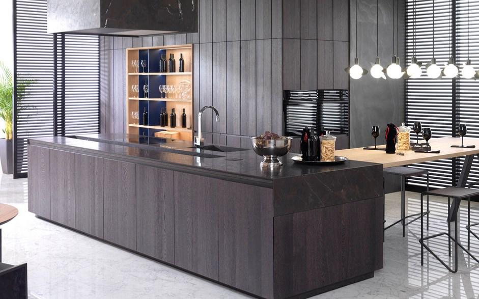 Gamadecor представила инновационный кухонный гарнитур E7.30 roble noche («темный дуб»), roble puro («натуральный дуб») и azul cobalto mate («матовый кобальт»).