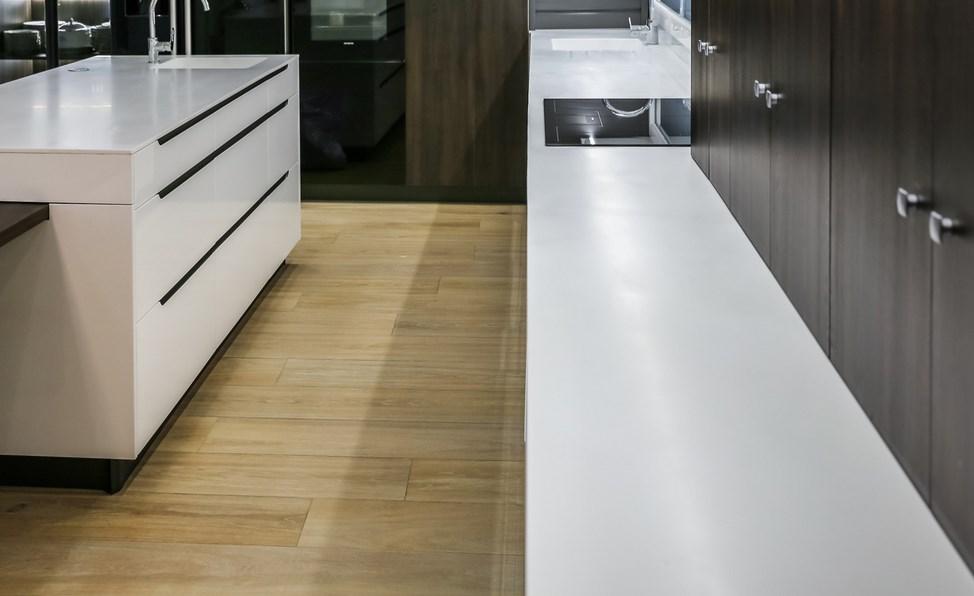 Проекты PORCELANOSA Grupo: материалы под мрамор и дерево в футуристическом доме